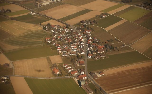 Kmetov, ki se borijo za svojo prvovrstno zemljo, katere v Sloveniji za našo preskrbo vedno bolj primanjkuje, žal nihče ne posluša. Jure Eržen/delo