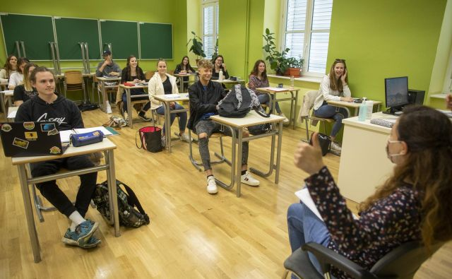 Dijaki so danes pisali prvi maturitetni izpit. Tudi brez ponavljanja snovi v razredih pred tem, naj bi bili rezultati podobni kot pretekla leta. FOTO: Voranc Vogel