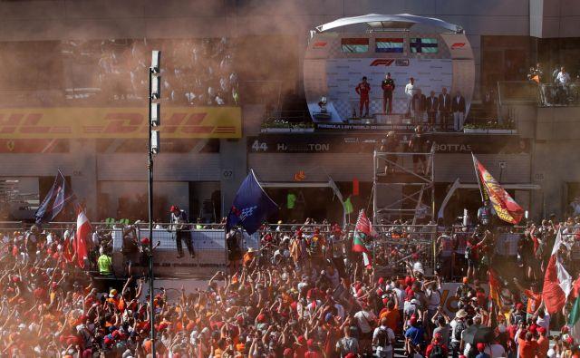 Spomini na nepregledno množico na lanski dirki Spielbergu, na kateri je zmagal Nizozemec Max Verstappen. FOTO: Reuters