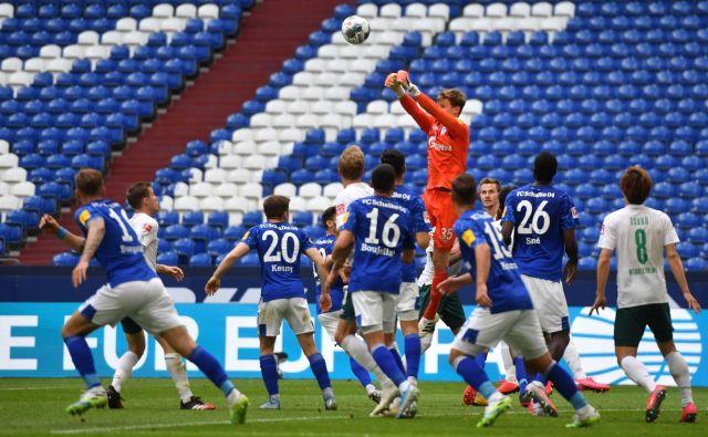 Tekma med Schlalkejem (v modrih dresih) in Werderjem je prinesla razburljiv boj, zmagovalca pa je odločil gol Bremenčanov v 1. polčasu. FOTO: AFP