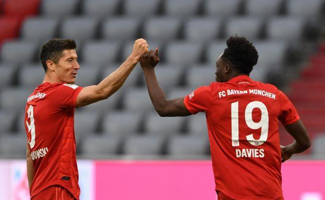 Robert Lewandowski (levo) je v nemškem prvenstvu dosegel že 29 golov in je na dobri poti, da petič (tretjič zapored) postane prvi strelec bundeslige. FOTO: AFP