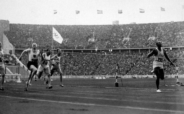 Jesse Owens (na fotografiji) je osvojil tako imenovani šprinterski trojček leta 1936 v Berlinu,Bobby Joe Morrow 20 let pozneje v Melbournu. Foto Arhiv Mok
