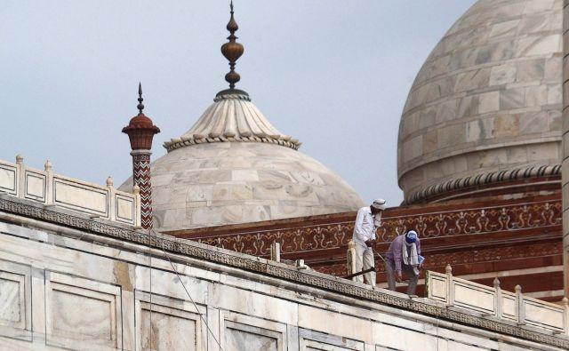 Kot so danes sporočile oblasti, sta poškodovana glavni vhod in ograja pri eni od petih kupol.FOTO: Pawan Sharma/Afp
