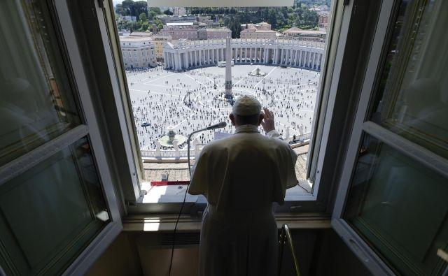 »Dragi bratje in sestre, dober dan! Danes, ko je trg odprt, se lahko vrnemo. Me veseli!« je papež dejal zbrani množici. FOTO: AFP