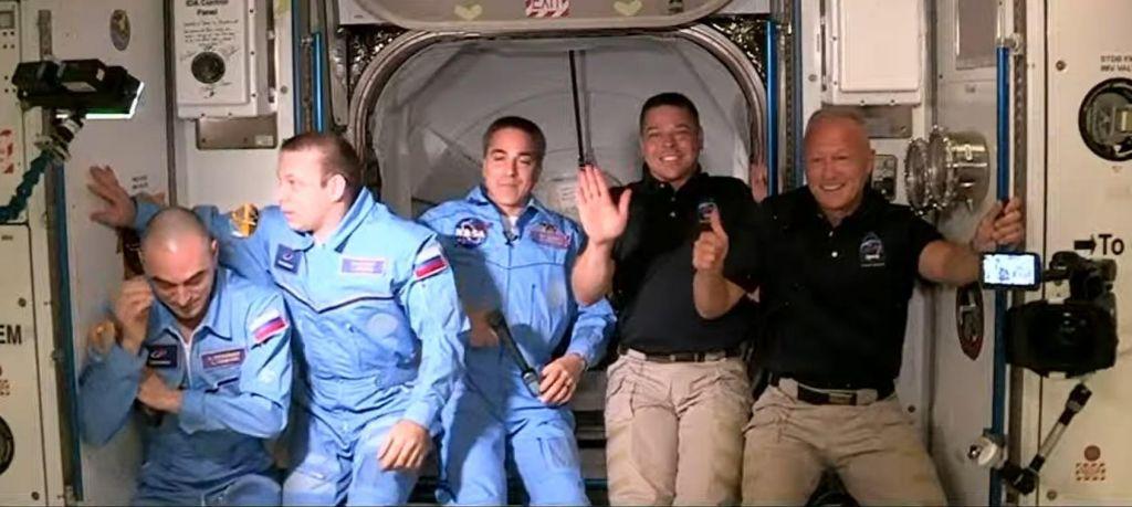 FOTO:Astronavta po zgodovinski izstrelitvi prispela na vesoljsko postajo