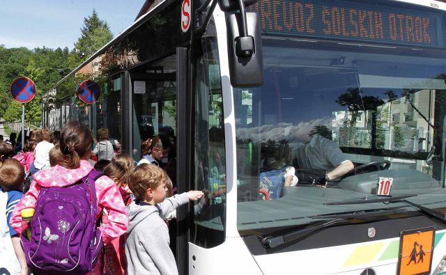 V 50-sedežnem avtobusu se po priporočilih NIJZ lahko pelje 14 otrok, zato ravnatelji opozarjajo, da dosledno upoštevanje priporočil ni možno. NIJZ pri tem ne namerava popustiti. (Fotografija je simbolična.) FOTO: Ljubo Vukelič