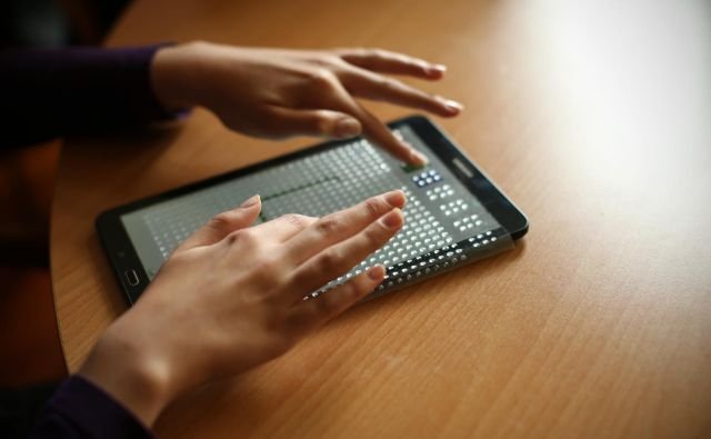 Kljub sodobni tehnologiji se slepi in slabovidni dnevno spoprijemljejo s kopico ovir.Foto Jure Eržen/delo