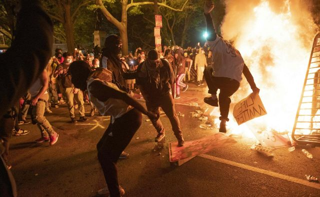 Protesti in kaos so se iz Minnesote razširili v druge dele države in kitajski uporabniki interneta so navdušeni, so zapisali v kitajskem partijskem glasilu <em>Global Times</em>. Foto AFP
