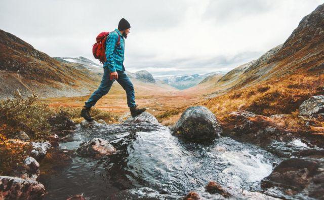 Kapa in rokavice naj bodo primerne vremenu in lastnim izkušnjam.Pri daljših, celodnevnih izletih je pomemben zadosten vnos ogljikovih hidratov (npr. žitaric) in tekočine že večer pred turo in na jutro samega izleta. FOTO: Shutterstock