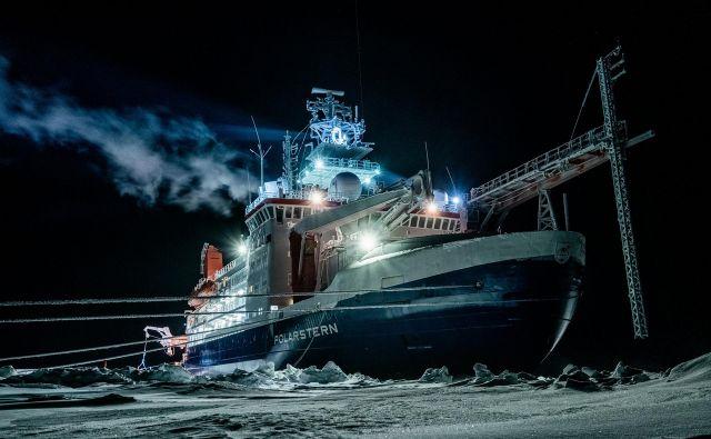 Fotografijo ledolomilca Polarstern Inštitut Alfreda Wagnerja objavil minuli teden, posneta pa je bila 1. januarja med polarno nočjo.Foto Lukas Piotrowski/Afp