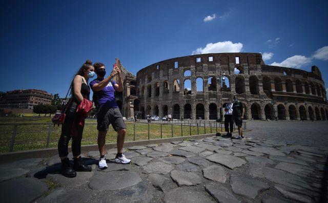 Včeraj je svoja vrata za obiskovalce odprla tudi ena največjih turističnih atrakcij v Italiji, rimski kolosej. Foto: Filippo Monteforte/Afp