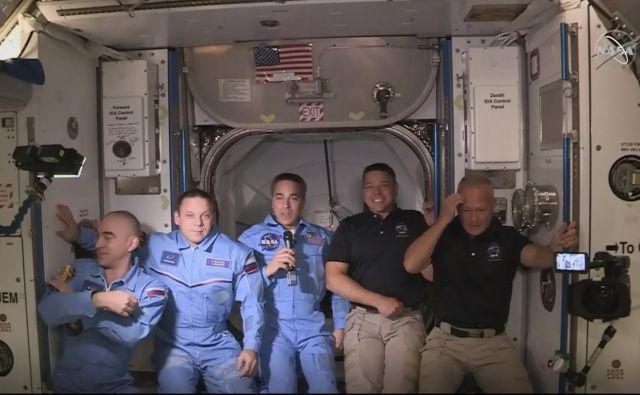 Prvo srečanje astronavtov Douglasa Hurleyja (skrajno desno) in Roberta Behnkena (drugi z desne) s posadko mednarodne vesoljske postaje. Foto AFP