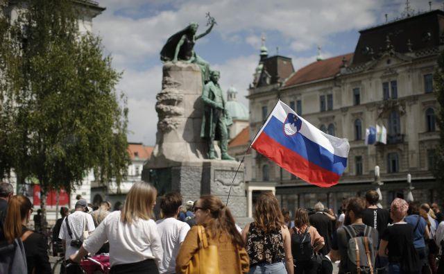 Udeleženci protesta so od Prešernovega spomenika krenili po Trubarjevi ulici do Ministrstva za kulturo Foto Jure Eržen
