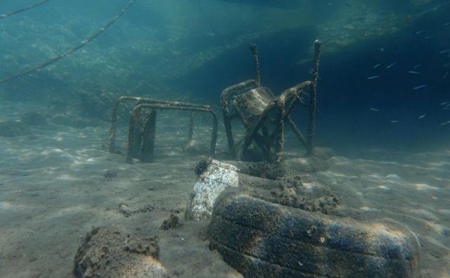V morjih konča še vedno veliko preveč odpadkov. FOTO: Stelios Misinas/Reuters