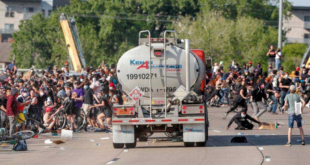 FOTO:V Minneapolisu cisterna zapeljala med protestnike