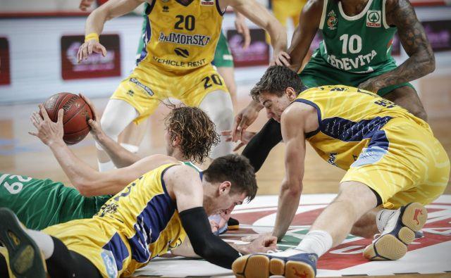 Primorska košarka je znova na kolenih, toda slej ko prejs e bo znova postavila vsaj na majave noge. FOTO: Uroš Hočevar/Delo