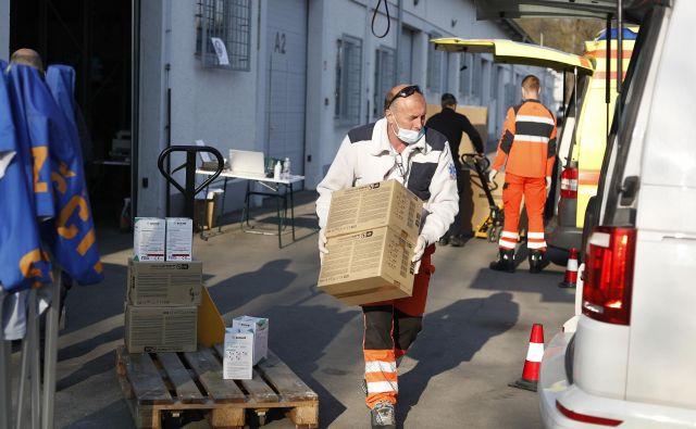Prevzemanje zaščitne opreme aprila v državnem logističnem centru v Rojah. FOTO: Leon Vidic/Delo