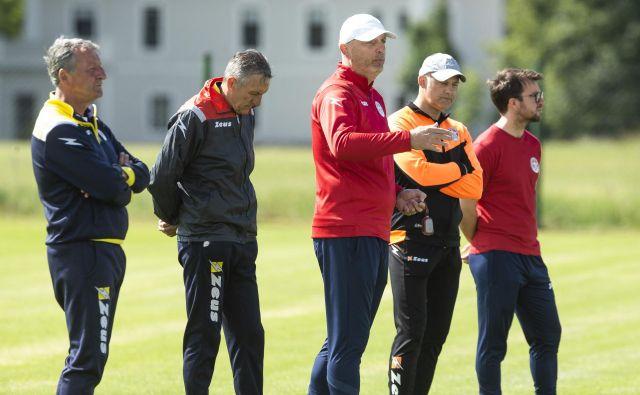 Strokovni štab na čelu z glavnim trenerjem Slobodanom Gruborjem (v ospredju) je moštvo pripravil za odločilne bitke na dveh frontah, v domačem prvenstvu in pokalnem tekmvoanju FOTO: Jure Banfi