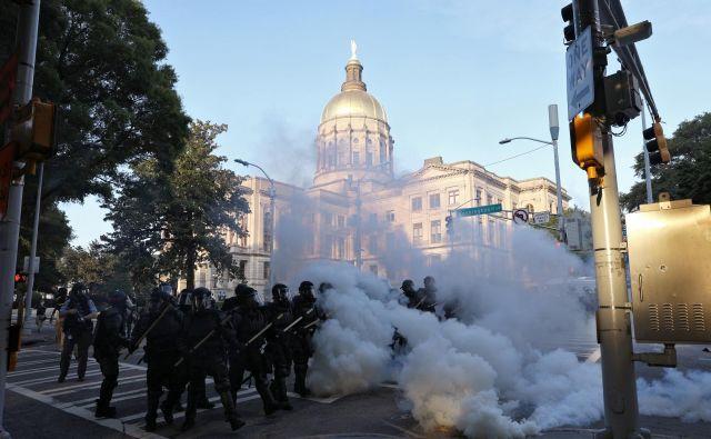 Protesti, ponekod tudi nasilno plenjenje, se po policijskem umoru Georgea Floyda v ZDA vrstijo že teden dni. Foto Reuters