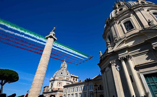 Akrobatska skupina letal Frecce tricolori (v prevodu Tribarvne puščice) je danes v Rimu končala enotedensko turnejo preletov mest vzdolž talijanskega škornja. 2. junij je v Italiji državni praznik, dan republike. FOTO: Vincenzo Pinto/AFP