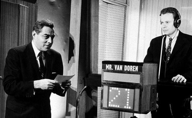 V priljubljenem televizijskem kvizu<em>Twenty-One </em>so tekmovalcem vprašanja razkrili vnaprej. Na fotografiji sta voditelj Jack Barry in tekmovalecCharles Van Dorn.FOTO: Wikipedia