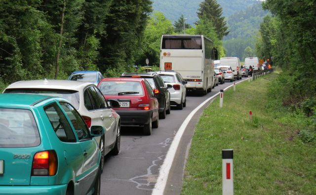 Zastoji na glavni zasavski cesti v Senožetih bodo nastajali najmanj sedem mesecev. FOTO: Bojan Rajšek/Delo