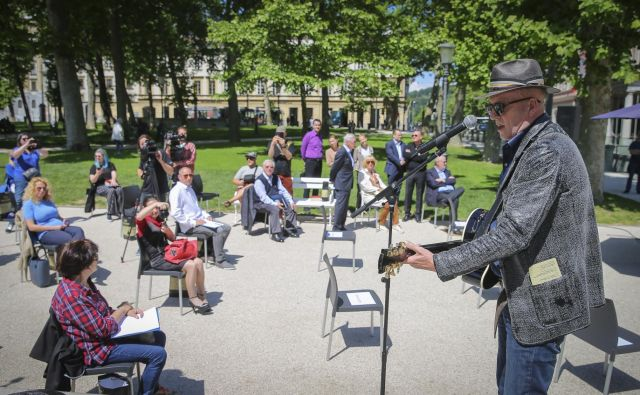 Novic dneva na konferenci Festivala Ljubljana, ki jo je s pesmijo uvedel Vlado Kreslin, je bilo pravzaprav več. Foto Jože Suhadolnik