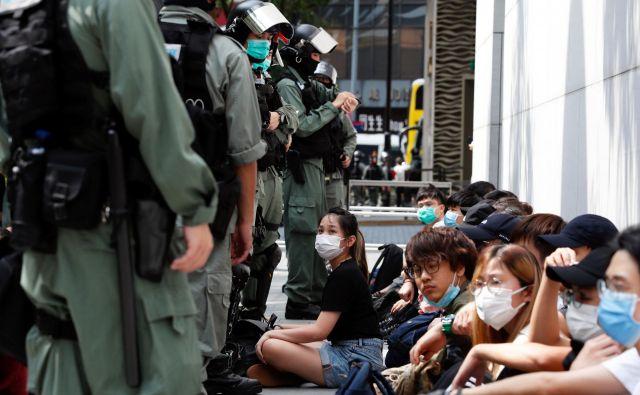 Demonstracije so se v Hongkongu začele lani s tako imenovanim gibanjem dežnikov zaradi namere, da bi prestopnikom iz Hongkonga sodili v celinski Kitajski. Zdaj je završalo zaradi himne, njeno žaljenje bi bilo po osnutku zakona obravnavano kot kriminalno dejanje. FOTO: Reuters