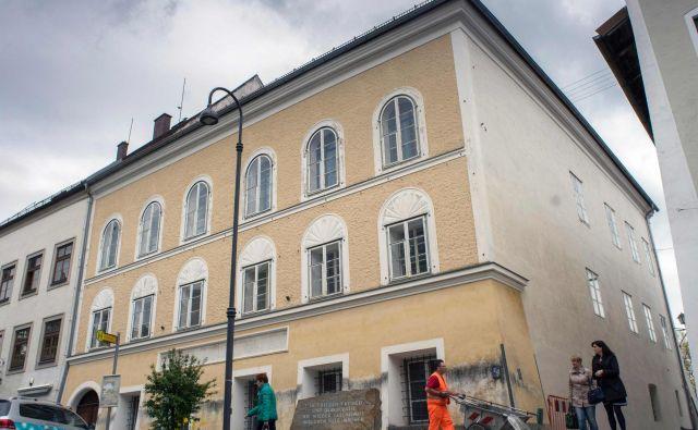 Hitlerjeva rojstna hiša v Braunau. FOTO: Joe Klamar/AFP