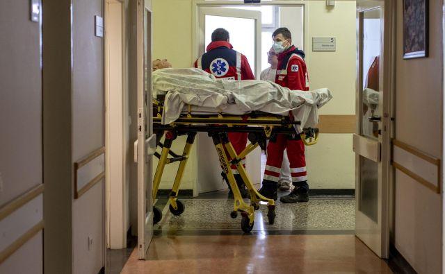 V paliativno oskrbo ali v bolnišnico je bilo ključno vpršanje v času epidemije v domovih za starejše. Foto Voranc Vogel