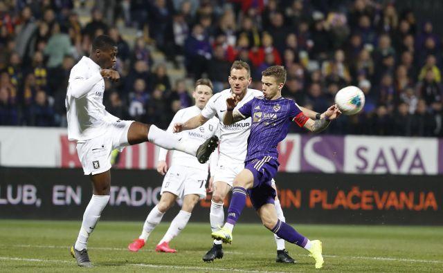 Olimpija ima najboljše izhodišče v boju za svoj tretji naslov najboljšega v Sloveniji v zadnjih petih sezonah, Maribor bo po »avtocesti« napadel iz ozadja. FOTO: Leon Vidic/Delo