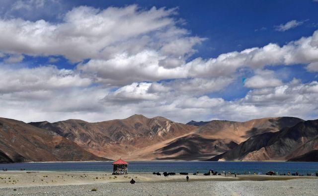 Ob jezeru Pangong Tso Indija in Kitajska kopičita čete. FOTO: AFP