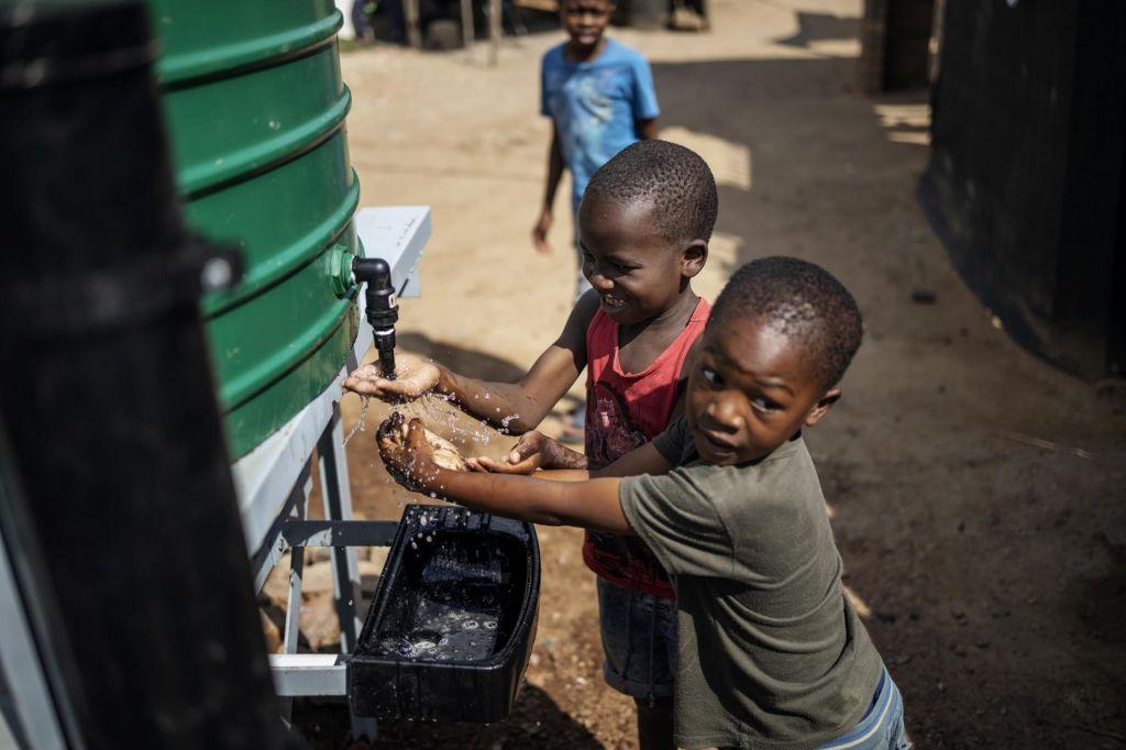 FOTO:Zdrs v revščino grozi več kot 42 milijonom otrok