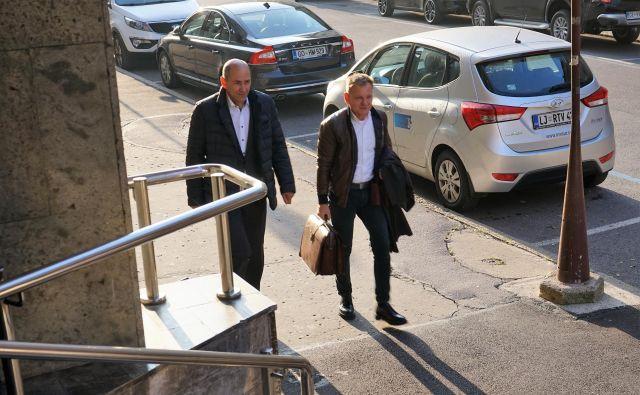 Janez Janša in odvetnik Franci Matoz prihajata na sojenje v kazenski zadevi zaradi razžalitve novinark Eugenije Carl in Mojce - Pašek - Šetinc. Foto Brane Piano