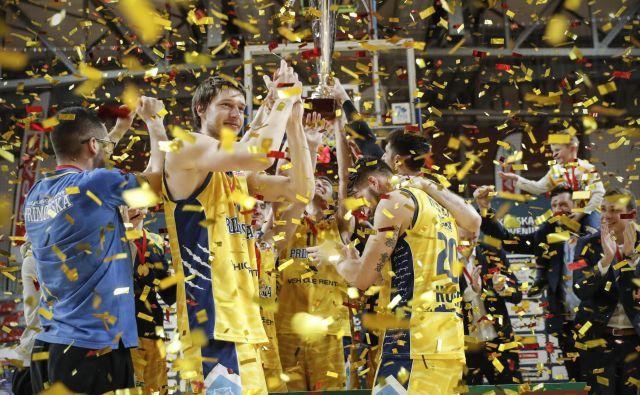 Košarkarji Kopra Primorske so še februarja osvojili naslov zmagovalcev pokala Spar s finalno zmago nad Cedevito Olimpijo, nato pa so se njihove finančne težave dodatno poglobile. FOTO: Uroš Hočevar