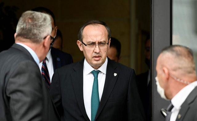 Koalicijo premiera Avdullaha Hotija, ki v času velikih izzivov za Kosovo deluje preveč bledo, čaka še dražja odločitev, kot je bila za Kurtija odločitev o ukinitvi carin. Foto: Armend Nimani/Afp