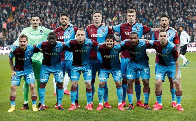 Če bi bil Trabzonspor turški prvak v tej sezoni, še ne bi izgubil možnosti igranja v ligi prvakov, saj kazen Evropske nogometne zveze velja za eno od naslednjih dveh sezon. FOTO: Reuters