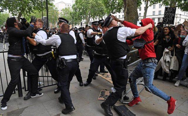Na protirasističnih protestih na Downing streetu v Londonu je prišlo do obračunavanja med protestniki in policijo. FOTO: Daniel Leal-olivas/Afp