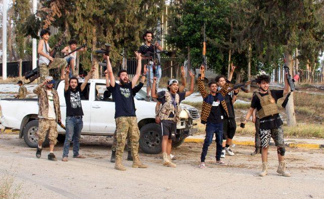 Zmagoslavje enot vlade narodne enotnosti na letališču v Tripoliju. Foto: AFP