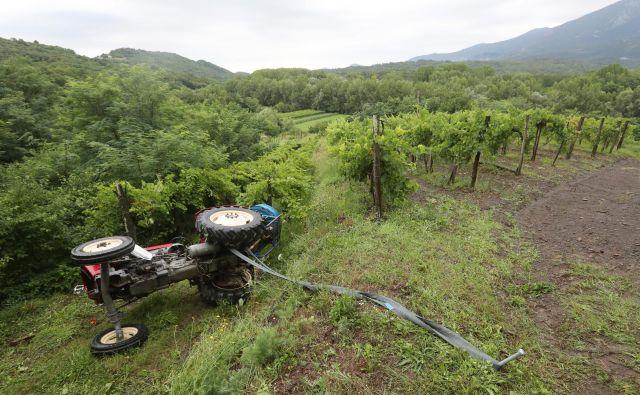 Vožnja traktorista po strmi poti navzdol se je končala tragično (simbolična fotografija). FOTO: Dejan Javornik