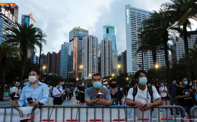 Večerno bedenje v Hongkongu v spomin na vse, ki so umrli na pekinškem Trgu nebeškega miru. FOTO: Reuters