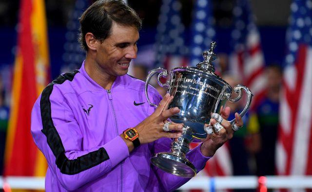 Rafael Nadal s šampionskim pokalom, ki ga je osvojil lani na OP ZDA. FOTO: USA Today Sports