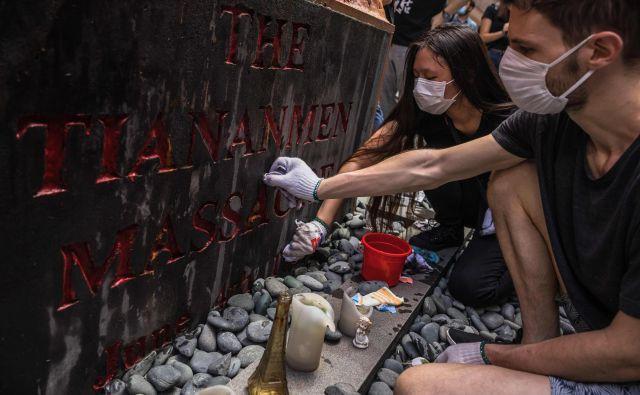 Večerno bedenje v Hongkongu v spomin na vse, ki so umrli na pekinškem Trgu nebeškega miru.Foto: Afp