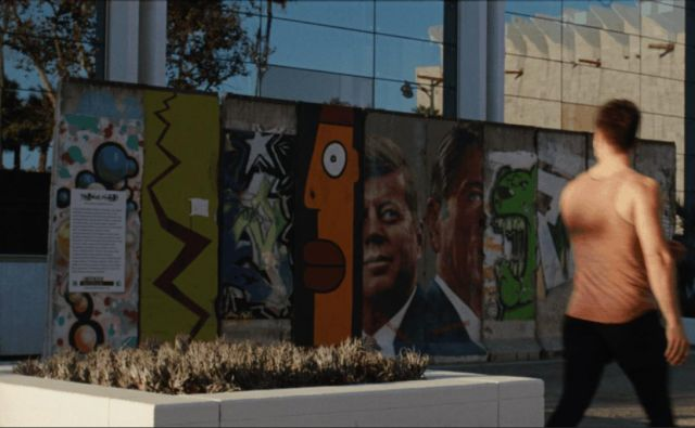 Wilshire Boulevard v Los Angelesu z ostanki berlinskega zidu, prizor iz filma