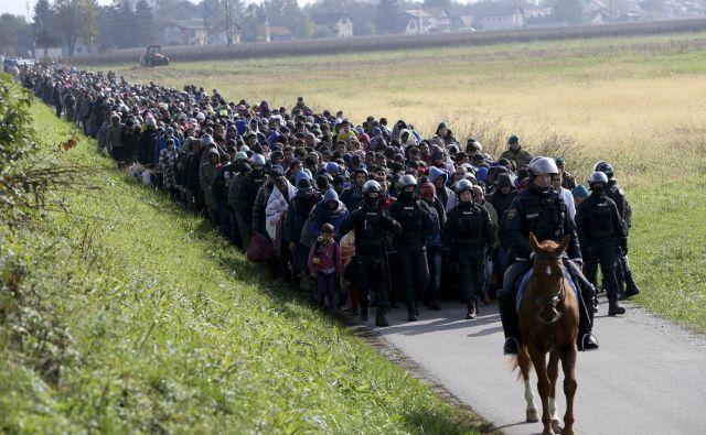 Slovenija bi bila pripravljena sodelovati pri premeščanju migrantov samo prostovoljno. Posnetek migrantov pri Dobovi med begunsko krizo leta 2015. FOTO: Srdjan Zivulovic/Reuters