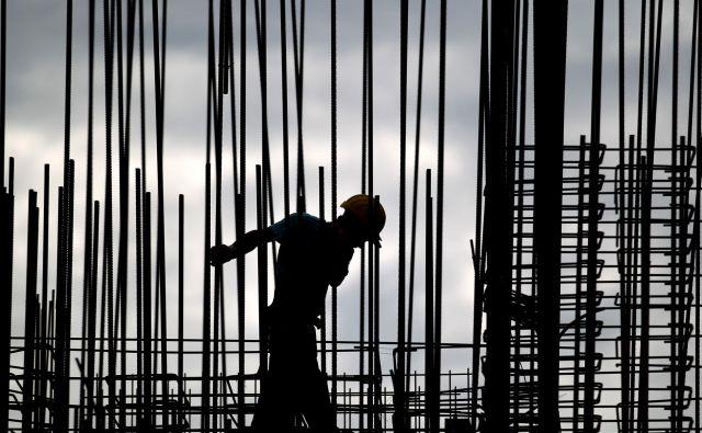 Za pokojnsinske prispevke zaposlenih, ki so med karanteno delali, je država namenila 248 milijonov evrov. Foto Roman �ipić/delo