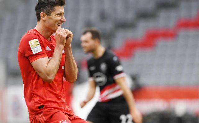Kaj bo opravil v Leverkusnu napadalec Robert Lewandowski? Spopad Bayerja in Bayerna bi bil lahko zelo privlačen. FOTO: Reuters
