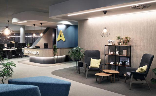 Ob vhodu so na desni recepcija in delovni prostori, na levi odprt prostor z različnimi ambienti.  Fotografije Miran Kambič