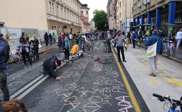 Po tem, ko je prejšnji teden policija kolesrajem izrekla globe za pisanje s kredo, so proetstnii s sporočili popisali Slovensko cesto. FOTO: Miha Pribošič