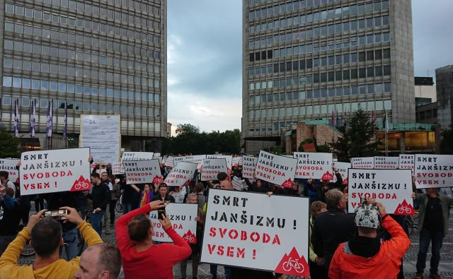 »Smrt janšizmu, svoboda vsem!« FOTO: Miha Pribošič